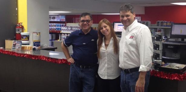 Fernando González, socio propietario; Karen M. Gonzalez, tercera generación en el negocio y Rafael González, socio propietario de Comercial Ace Tortuguero.